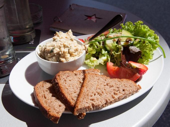 Vegan in Linz - Hummus Plate Café Stern| ElephantasticVegan.com