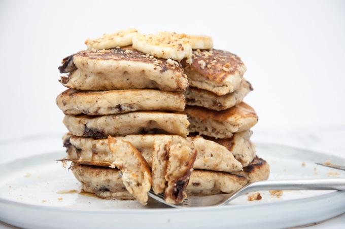 fluffige bananen pancakes mit schokost ckchen vegan. Black Bedroom Furniture Sets. Home Design Ideas