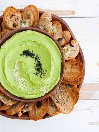 Oil-Free Spinach Hummus with crispy Bread Chips