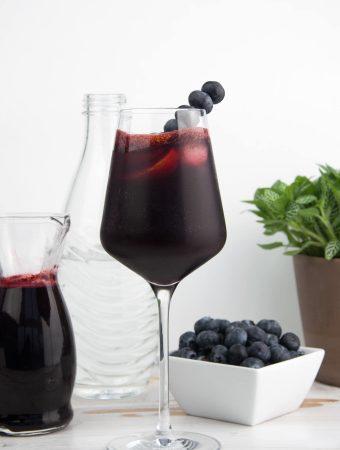 Heidelbeer-Gin-Fizz mit selbstgemachtem Heidelbeer-Sirup