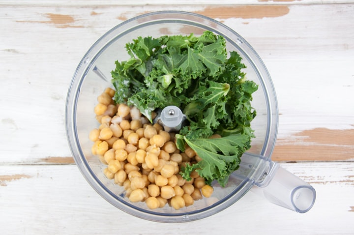 kale and chickpeas in food processor