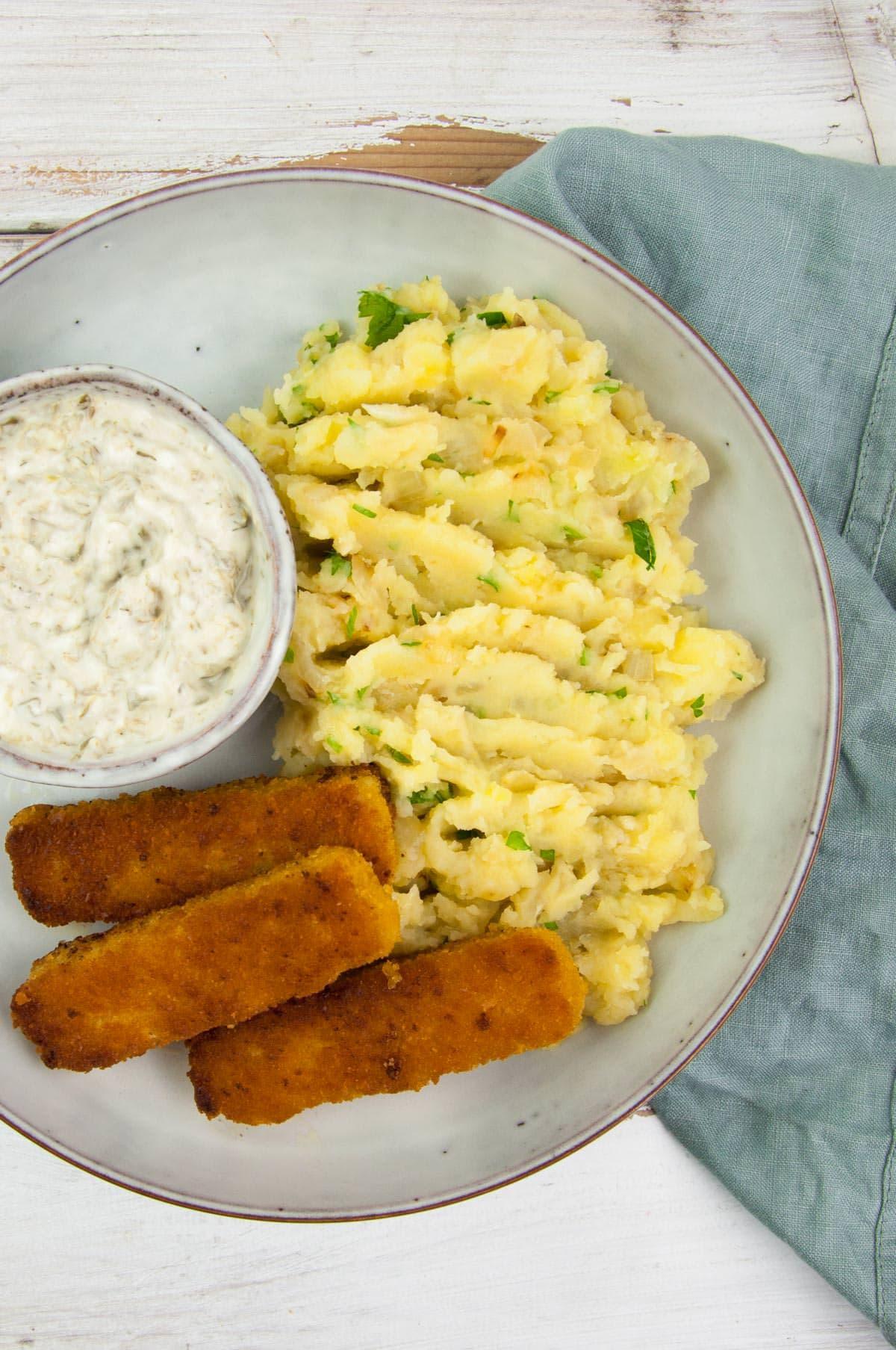 vegan mashed potatoes with vegan fish sticks and tartar saucvegan mashed potatoes with vegan fish sticks and tartar sauce